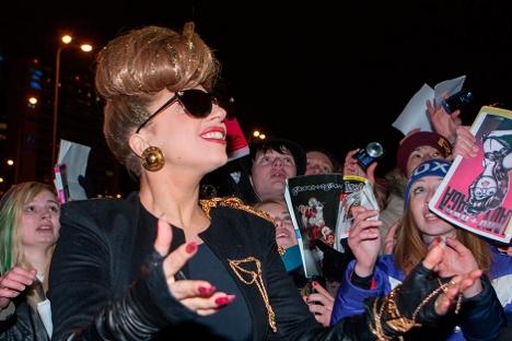 Lady Gaga recibe a sus fans en el aeropuerto de San Petersburgo. Fuente: RIA Novosti.