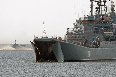 """El navío de desembarco """"Alexánder Shabalin"""" durante una instrucción de la flota báltica, que participaría en la operación de evacuación rusa en Siria. Fuente: RIA Novosti / Ígor Zarembo"""