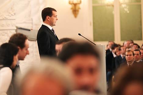 El primer ministro Dmitri Medvédev se muestra optimista al hablar de datos de crecimiento, desempleo, producción industrial e inversiones. Fuente: Konstantin Zavrazhin / RG