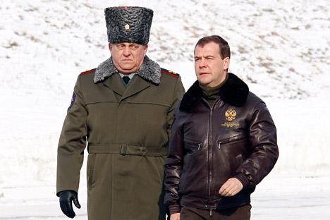 Teniente general Serguéi Karakaev y Presidente del Gobierno de Rusia Dmitri Medvedev. Fuente: ITAR-TASS