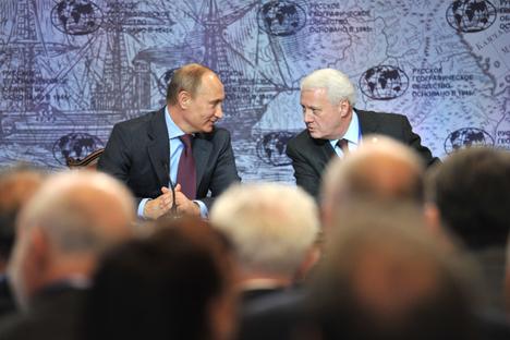 Nikolái Kasimov con Vladímir Putin en la Reunión de la Sociedad Geográfica Rusa. Fuente: ITAR-TASS