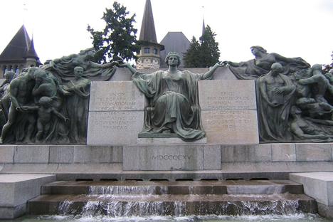 Monumento erigido en Berna (Suiza) a la Unión Telegráfica Internacional, organismo predecesor de la Unión Internacional de Telecomunicaciones. Fuente: wikipedia / gdr