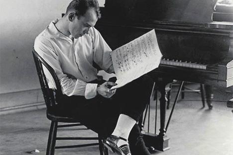 Vaslav Nijinsky en el estudio, leyendo partituras (1922). Fuente: Servicio de prensa
