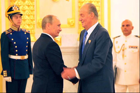 Vladímir Putin saluda a Juan Carlos I, jefe del Estado Español. Fuente: Ricardo Marquina Montañana