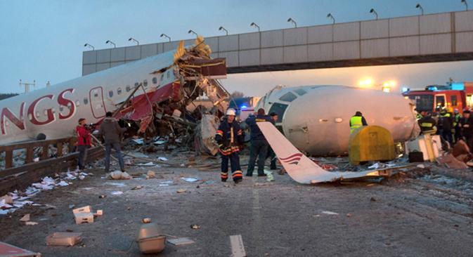 La aeronave Tu-204 se incendió tras salirse de la pista al aterrizar. Fuente: AP