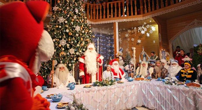 """La traducción literal de Ded Moroz sería """"Abuelo helada"""", aunque el nombre a menudo se traduce como """"Papa helada"""". La tradición dice que Ded Moroz trae regalos a los niños, sin embargo, al contrario del evasivo Santa Claus, entrega los regalos genera"""