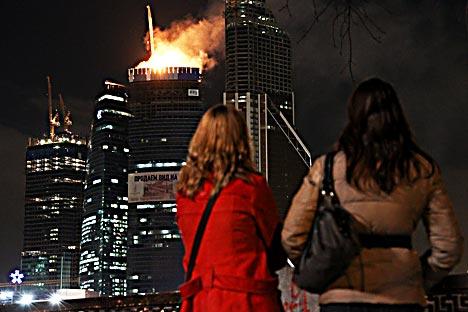 La cumbre incendiada es el punto saliente más alto de Europa en cuanto a rascacielos. Foto de AP.