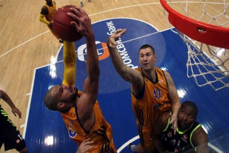 Augustine y Davis (Jimki) disputan por un rebote durante el partido ante el Madrid. Fuente: bckhimki.ru.