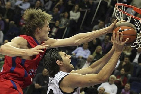 La estrella del CSKA, Andrei Kirilenko, tapona al capitán del Bilbao Basket, Marko Banic. Foto de EFE.