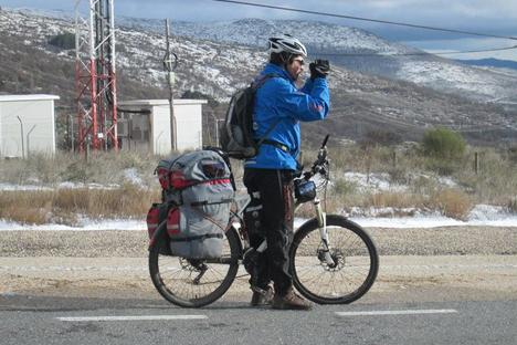 Alen Hairulen durante un momento del viaje de 21.000 kilómetros que va a hacer en bicicleta, junto a Pavel Grachev. Fuente: Pavel Grachev.
