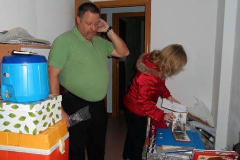 Antonio y Iulia Benzal aún conservan muchos de sus objetos personales en el piso del que están a punto de ser desahuciados. Fuente: Maite Montroi