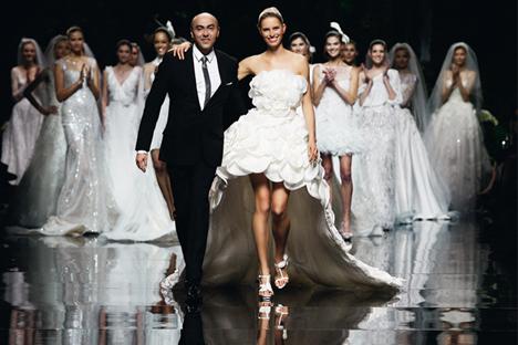 El diseñador Manuel Mota y la modelo Karolina Kurkova, en el desfile de presentación de la colección 2013. Fuente: Pronovias