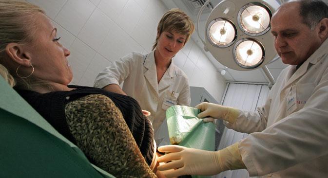 Desde el 1 de enero los ciudadanos rusos tienen que pagar por todo aquello que no forme parte de los programas básicos del Seguro Médico Obligatorio. Fuente: Kommersant
