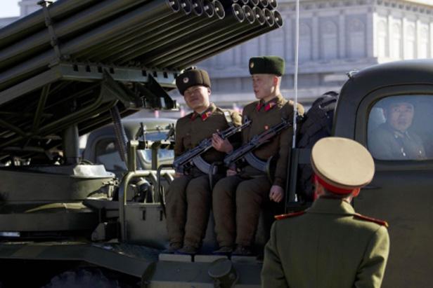 Soldados nord coreanos en el centro de Pyongyang. Fuente AP
