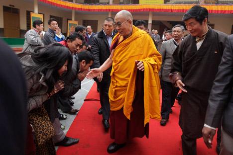 El Dalai Lama saludando a sus seguidores. Fuente: AP