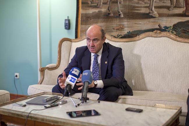 El ministro de Economía y Finanzas español, Luís de Guindos atiende a las preguntas de los medios presentes en la conferencia. Fuente: Ricardo Marquina Montañana.