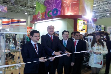 El embajador Rubén Beltrán inaugura el stand mexicano. Fuente: Embajada de México.
