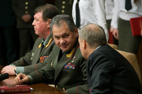 Ministro da Defesa russo (centro) e autoridades internacionais têm receio da ameaça representada por novos conflitos na Europa Foto: ITAR TASS