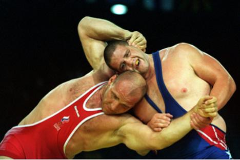 Imagen de la final olímpica de Sydney 2000. De rojo, el legendario Aleksander Karelin (Foto: fila-official.com