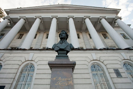 La casa Pushkin no pasa desapercibida para los paseantes que cruzan el puente del río Nevá.