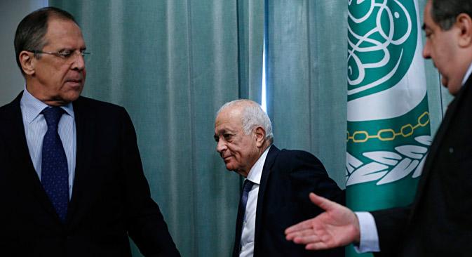 Serguéi Lavrov con el secretario general de la Liga Árabe, Nabil Elaraby. Fuente: AP