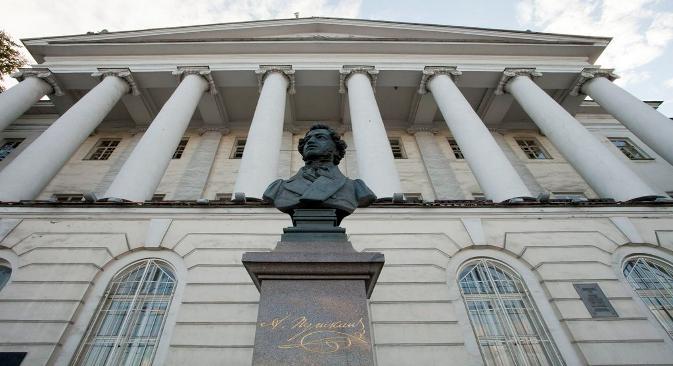 La casa Pushkin no pasa desapercibida para los paseantes que cruzan el puente del río Nevá. Fuente: Marta Rebón.