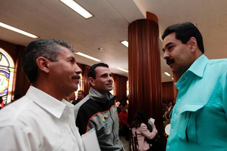 Nicolás Maduro (a la derecha) habla con Henrique Capriles (a la izquierda) durante una renión de gobernadores el pasado 15 de enero en Caracas. Fuente: AP