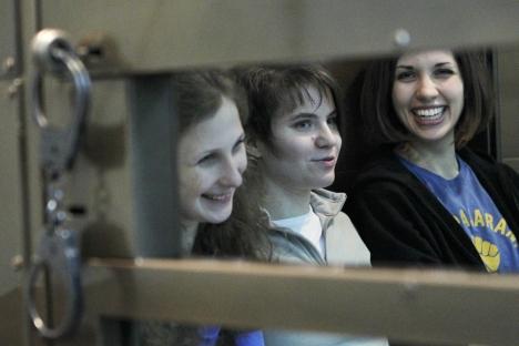 María Aliójina, Ekaterina Samutsevich and Nadezhda Tolokónnikova (primera por la derecha). 1 de octubre del 2012. Fuente: Reuters