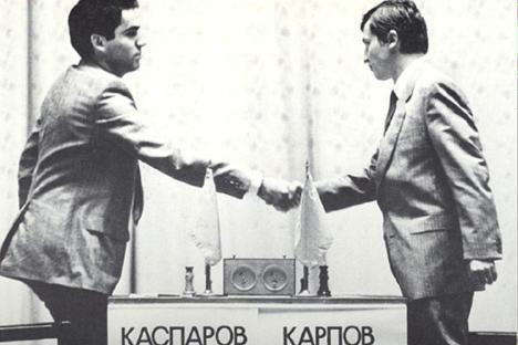 Kaspárov y Karpov se saludan tras una de las 144 partidas que compartieron en su carrera. Foto: chessclub.com