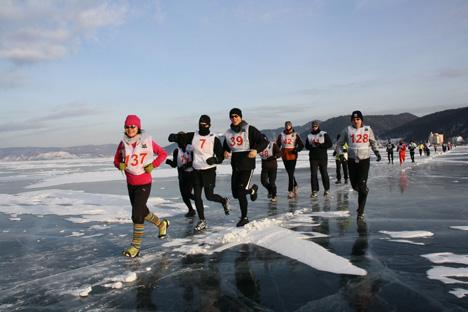 Los atletas se enfrentan a las temperaturas bajo cero (y a los malos espíritus) para correr en el mítico lago siberiano. Fuente: David Isaksson