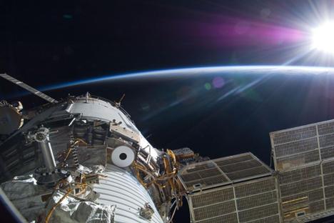 Rusia baraja la posibilidad de instalar un panel solar gigante en la orbita de la Tierra, aunque numerosos científicos son escépticos. Fuente: NASA