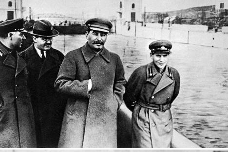 Resultado de imagen de Stalin y Yezhov