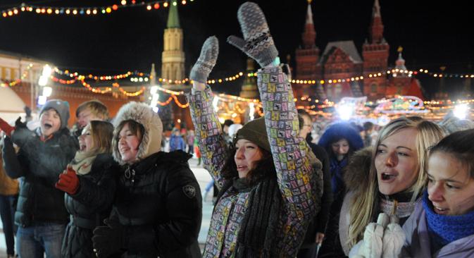 Jóvenes rusos se divierten en la Plaza Roja. Fuente: ITAR-TASS