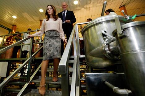 La Princesa danesa Mary, visita la Fábrica de cerveza Baltika acompañado por Isaac Sheps, el presidente de Fábricas de cerveza Baltika, en SanPetersburgo, Rusia, martes 9 de octubre del 2012 Fuente: AP