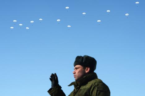 Soldado durante un entrenamiento de las fuerzas aéreas de sacerdotes militares.Fuente: Maksim Blinov / RIA Novosti