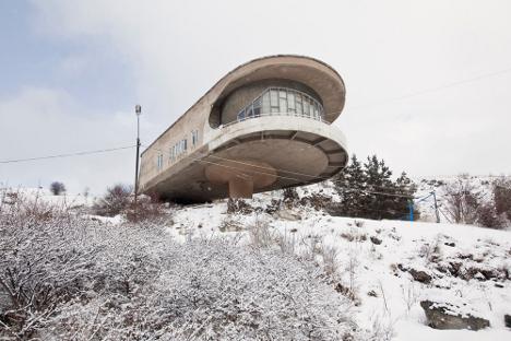 Restaurante. Casa de vacaciones de los escritores de Armenia. Arquitecto: Gevorg Kochar. Instituto proyectante: Yerevanproekt.  Fuente: Simona Rota