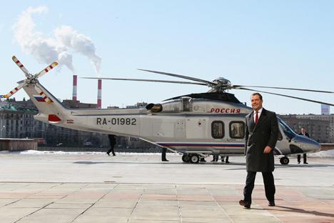 Dmitri Medvedev, primer ministro ruso camina desde el helicóptero después de aterrizarse frente a la Casa de Gobierno ruso en Moscú. Fuente: AP
