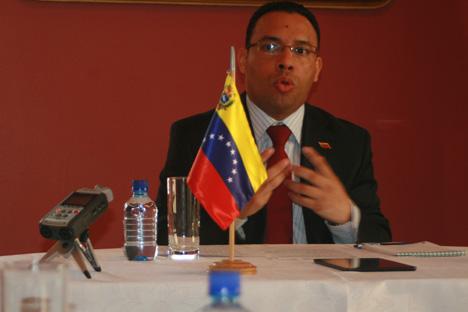 Hoglys Martínez, ministro consejero de la República Bolivariana de Venezuela, durante la rueda de prensa ofrecida a los medios rusos el día 10 de abril en Moscú. Fuente: Santi Pueyo