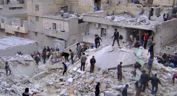 Ciudadanos sirios buscando cadáveres en los escombros de los edificios destruidos. Fuente: AP