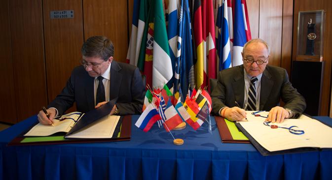 Vladímir Popovkin, director de Roscosmos (la Agencia Espacial Rusa), y Jean-Jaques Dordain, su homólogo en la Agencia Espacial Europea (ESA) durante la firma de un contrato para la misión interplanetaria ExoMars. Fuente: ESA