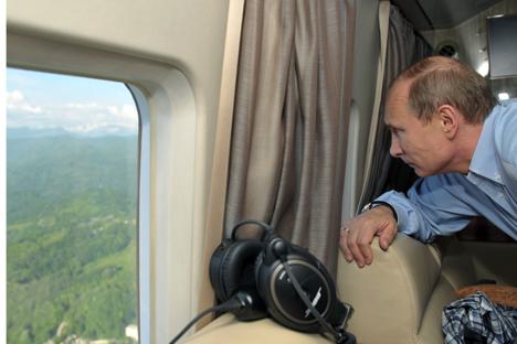 Vladímir Putin mira a través de la ventana de un helicópetero presidencial. Fuente: ITAR-TASS