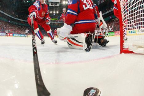 Rusia recibe un gol durante el reciente Mundial de hockey hielo. Fuente: ihhf.com
