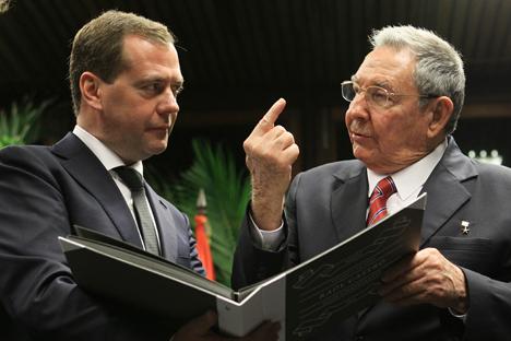 El primer ministro Dmitri Medvédev con Raúl Castro. Fuente: Reuters
