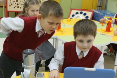 La idea de implantar de nuevo el traje estándar en los colegios, eliminado en 1992, recibe apoyos del presidente Vladímir Putin y de la Duma, pero también de alumnos, padres y profesores. Fuente: ITAR-TASS