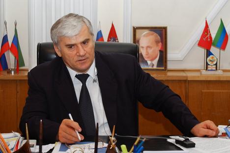 Tras efectuar una redada en la casa de Saíd Amírov, en el Ayuntamiento de Majachkalá desde 1998, las fuerzas de seguridad lo envían a Moscú para ser interrogado. Fuente: AP