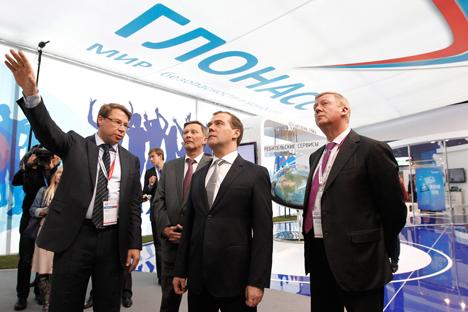 Primeiro-ministro Dmítri Medvedev (centro), se reúne com o presidente do Glonass, Aleksandr Gurkó (esq.), e o chefe da Rosnano, Anatóli Tchubais (dir.) Foto: RIA Nóvosti