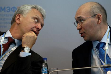 Víktor Khristenko, diretor da União Aduaneira (esq.) e Kairat Kelimbetov, vice-primeiro-ministro do Cazaquistão (dir.) em reunião do Fórum Econômico de São Petersbursgo. Foto: RIA Nóvosti