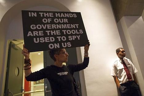 """""""Las herramientas para espiarnos están en manos de nuestro gobierno"""". Fuente: Reuters"""