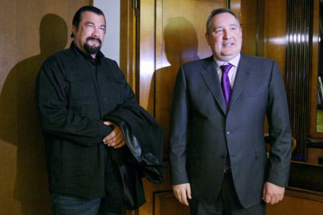 El actor norteamericano aparece junto al vice primer ministro Dmitri Rogozin en una fábrica de armamento. Fuente: Ria Novosti