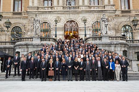 'Foto de familia' ante el ayuntamiento de Bilbao. Fuente: Iñigo Sierra Gómez/VK Comunicación.